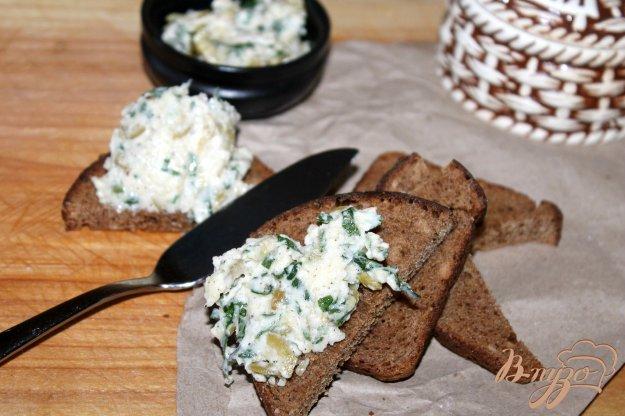 фото рецепта: Закуска из сыра, оливок и зелени на хлеб