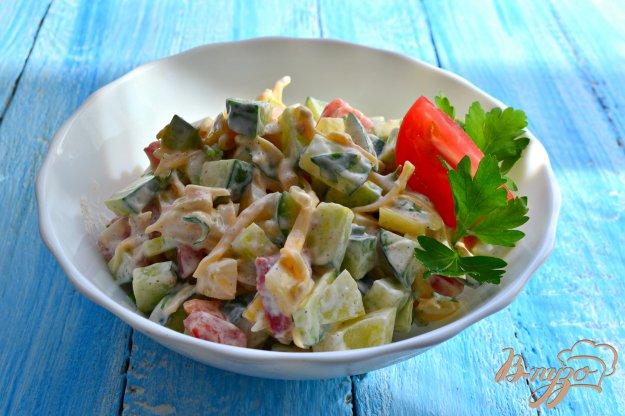 фото рецепта: Салат из огурцов и помидоров с сыром