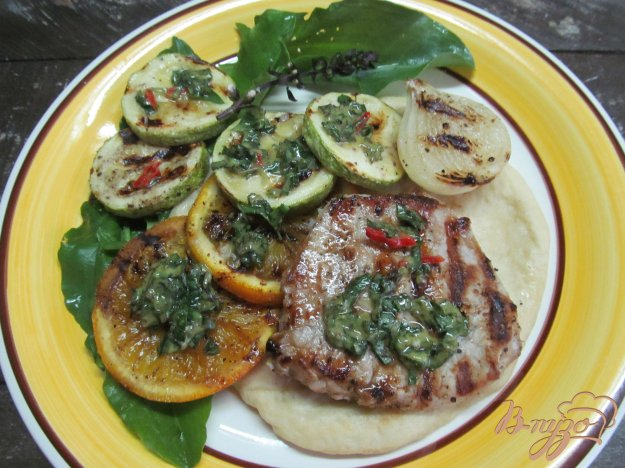 фото рецепта: Свиной стейк с апельсином и кабачком