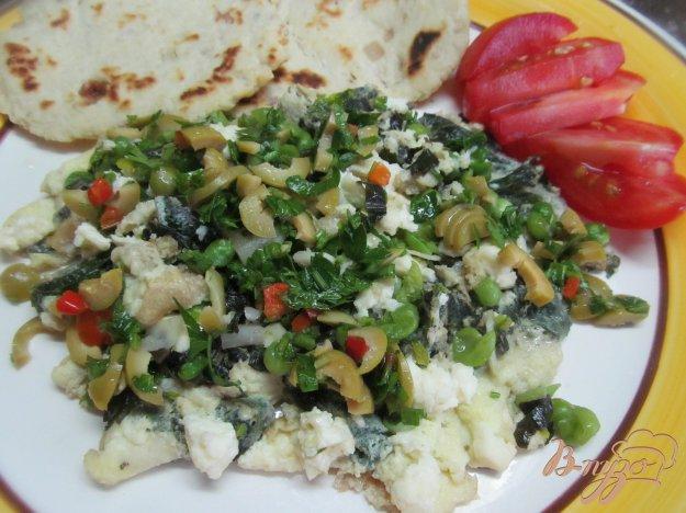 фото рецепта: Яичница болтунья с горошком с соусом из оливок
