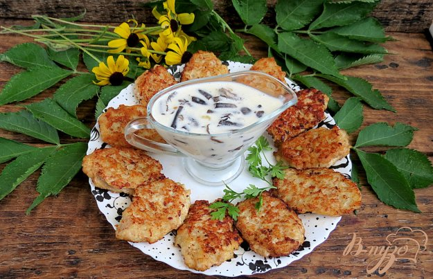 фото рецепта: Куриные оладьи с грибным соусом