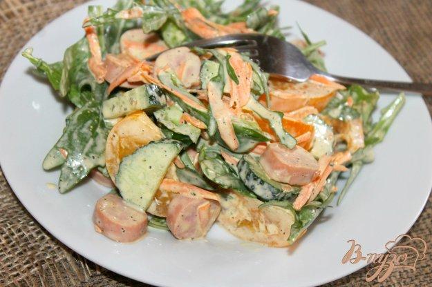 фото рецепта: Салат с сосисками, помидорами и рукколой
