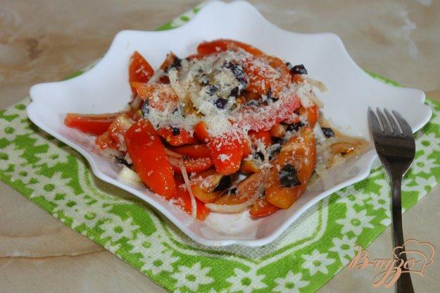 фото рецепта: Помидорный салат со свежим базиликом и тертым пармезаном