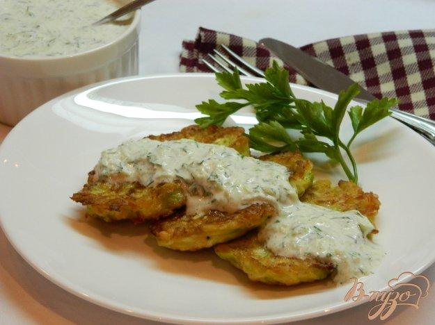 фото рецепта: Кабачковые оладьи с сыром и огуречным соусом