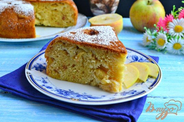 фото рецепта: Пирог с яблоками на кефире в мультиварке