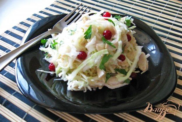 фото рецепта: Салат из капусты с фруктами и отварной курицей