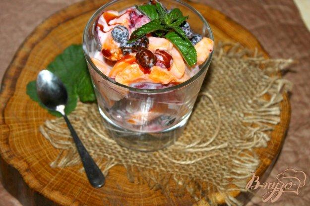 фото рецепта: Салат с персиком, ежевикой и малиной