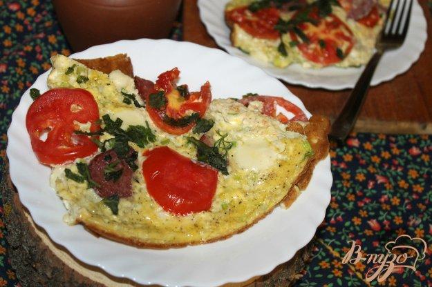 фото рецепта: Омлет с моцареллой, помидорами и колбасой