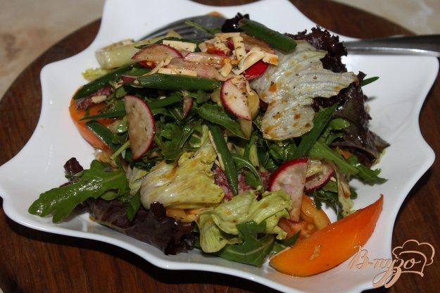 фото рецепта: Салат с редисом, колбасой и зеленью
