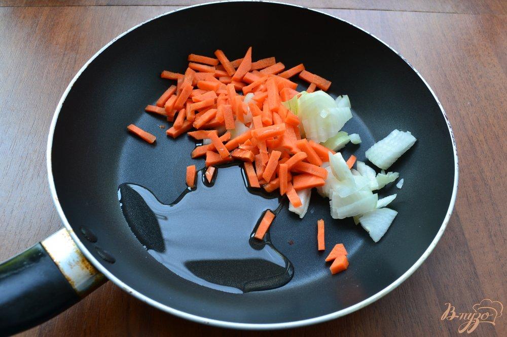 Фото приготовление рецепта: Куриный суп с лапшой и яйцом шаг №3