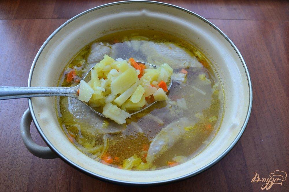 Фото приготовление рецепта: Куриный суп с лапшой и яйцом шаг №4