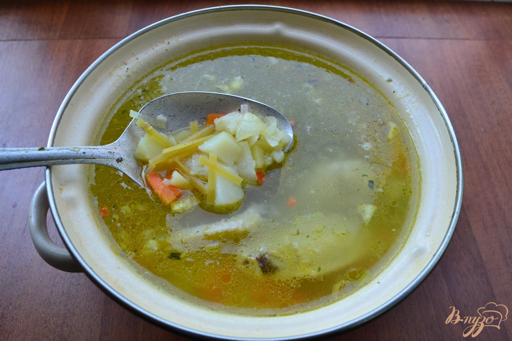 Фото приготовление рецепта: Куриный суп с лапшой и яйцом шаг №5