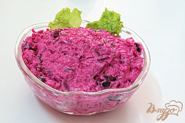 фото рецепта: Салат из свеклы сыра, грецких орехов, чернослива и чеснока