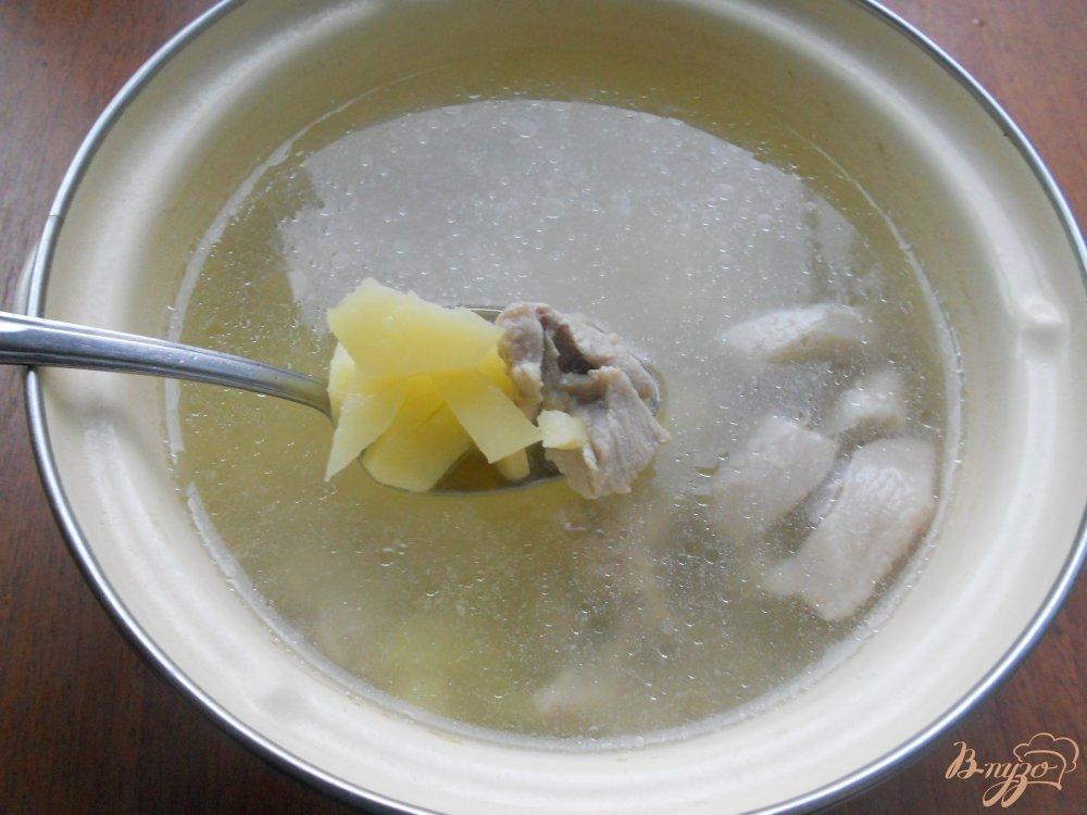 Фото приготовление рецепта: Картофельный суп со свининой и шампиньонами шаг №4