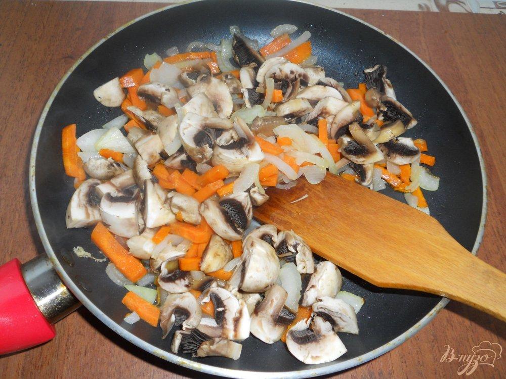 Фото приготовление рецепта: Картофельный суп со свининой и шампиньонами шаг №3