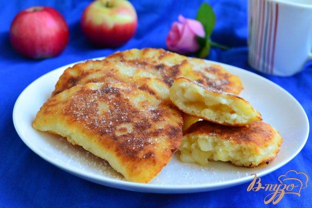 фото рецепта: Жареные творожные пирожки с яблоками