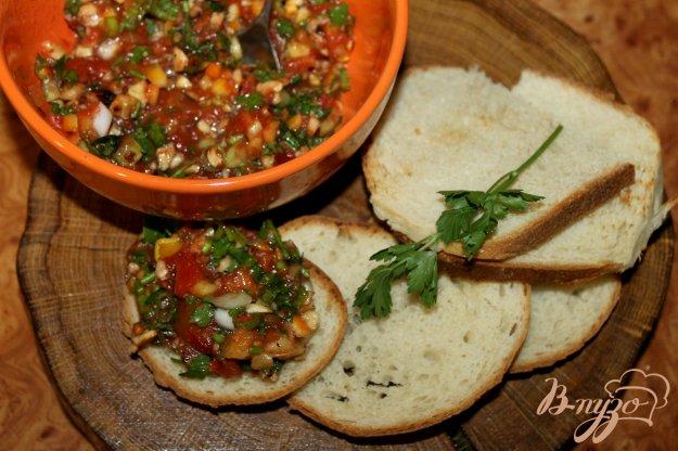 фото рецепта: Закуска из печеных на костре помидоров, орехов и зелени