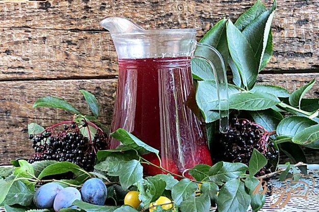 фото рецепта: Компот из ягод бузины, слив и алычи