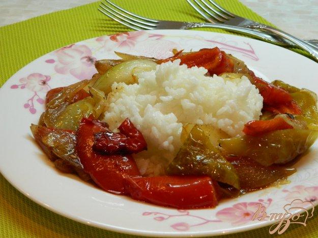 фото рецепта: Рис с подливой из помидоров, болгарского перца и лука