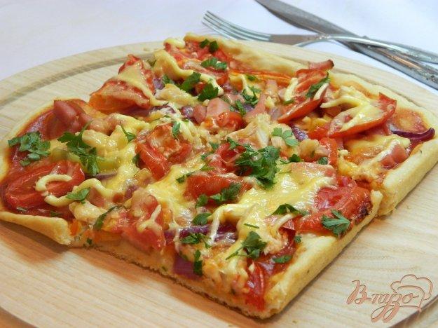 фото рецепта: Пицца с овощами, колбасой и куриным мясом