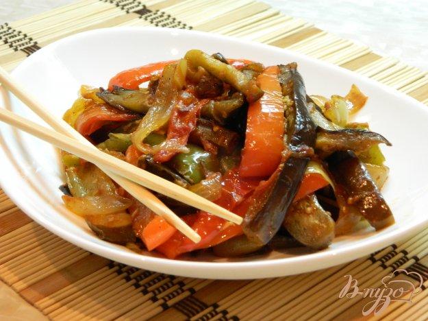 фото рецепта: Острый теплый салат из баклажанов, болгарского перца и лука