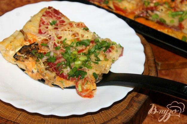 фото рецепта: Пицца на дрожжевом тесте с колбасой, грибами и помидорами