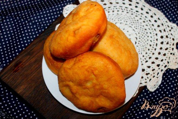 фото рецепта: Пышные жареные пирожки с тушеной капустой