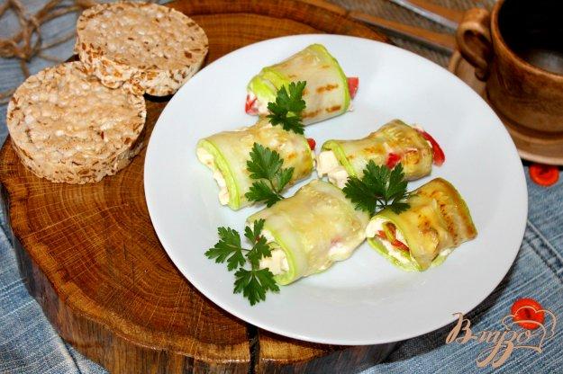 фото рецепта: Кабачковые рулеты с сыром, помидорами и орешками