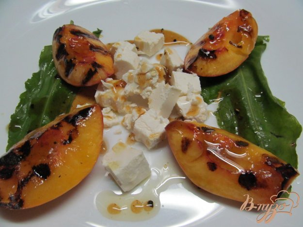 фото рецепта: Салат из обжаренных на гриле персиков