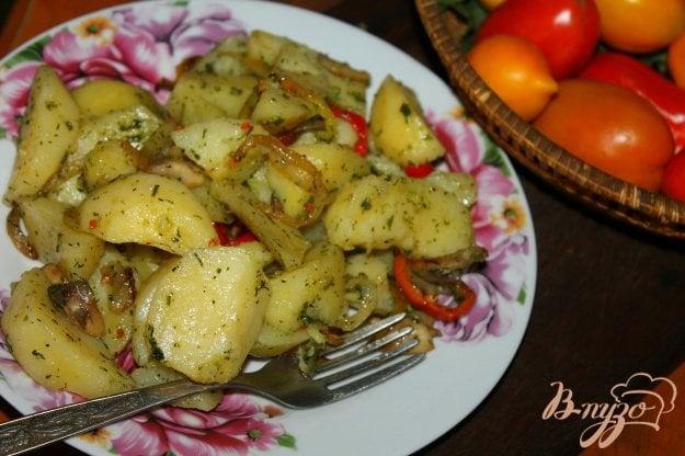 фото рецепта: Отварной картофель дольками с овощами и чесночным соусом