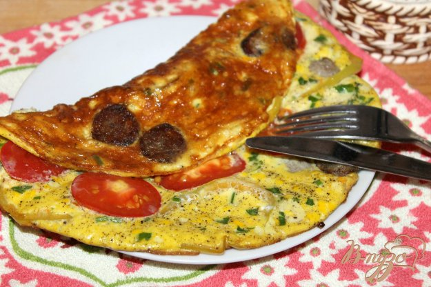 фото рецепта: Омлет с домашней колбасой, перцем и помидором