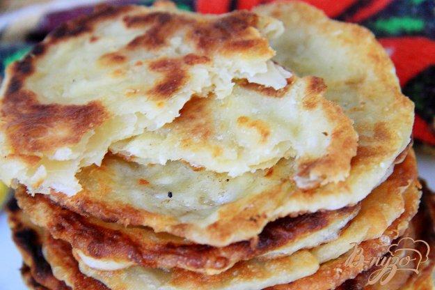 фото рецепта: Слоеные лепешки из пельменного теста с сыром