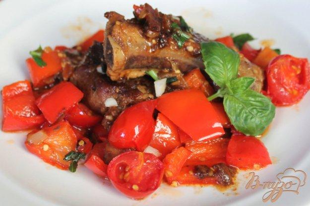 фото рецепта: Ребрышки с баклажаном и перцем