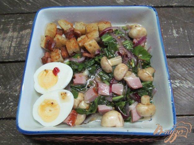 фото рецепта: Салат с копченой грудинкой и грибами