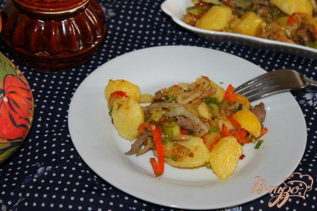 фото рецепта: Отварной картофель с поджаркой из мяса и овощей