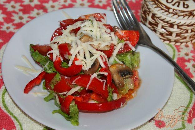 фото рецепта: Салат с жареными грибами, сыром и помидорами