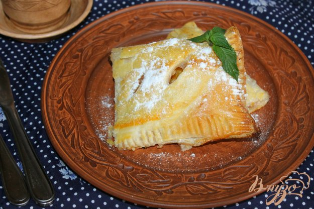 фото рецепта: Слойка со сливами и персиком