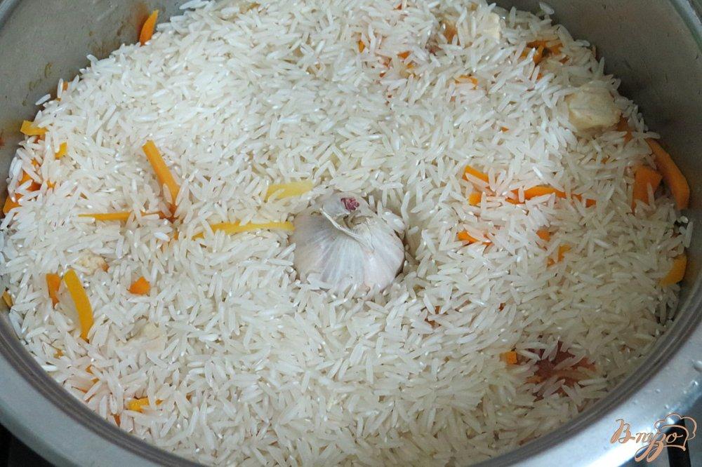 Фото приготовление рецепта: Плов с курицей в кастрюле шаг №6