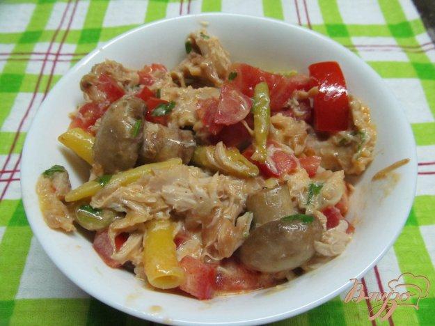 фото рецепта: Теплый салат из грибов курицы и фасоли