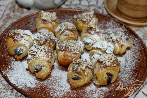 фото рецепта: Рогалики из слоеного теста с шоколадом и орехами