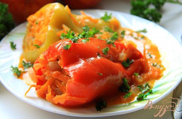Фаршированный перец с рисом и фаршем в томатном сметанном соусе
