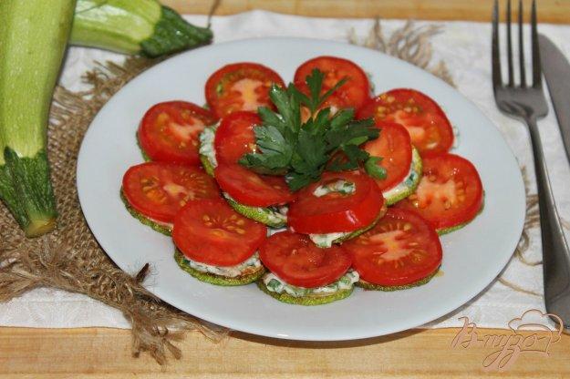 фото рецепта: Закуска из жареного кабачка с помидором и сырным соусом