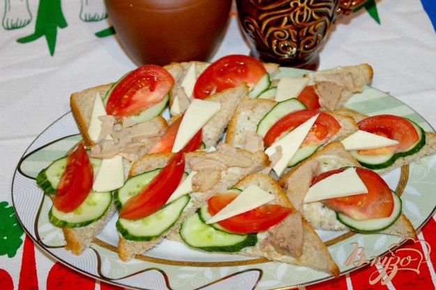 фото рецепта: Мини тосты с печенью трески и овощами на обед