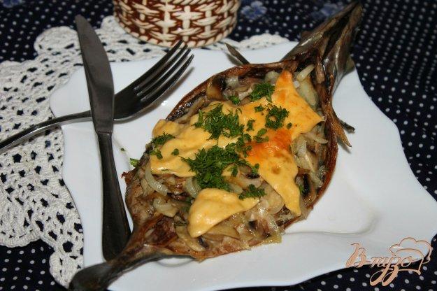 фото рецепта: Скумбрия с грибами и сыром