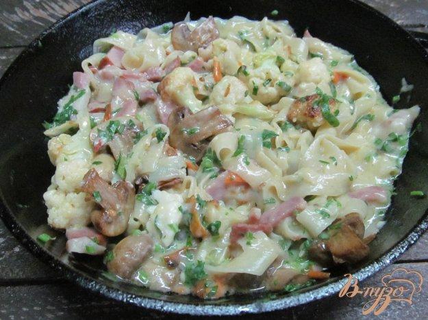фото рецепта: Жареная цветная капуста с лапшой под сырным соусом
