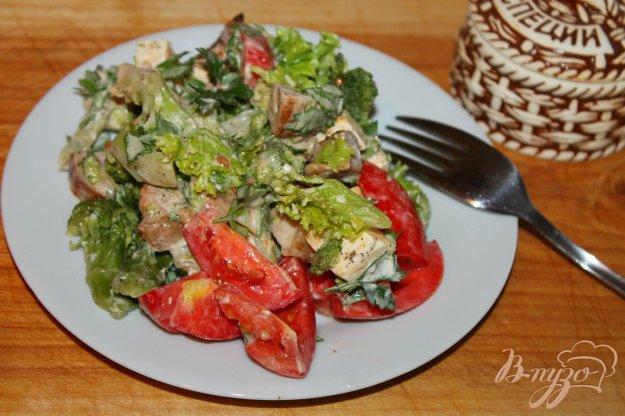 фото рецепта: Салат с жареной свининой, сыром и брокколи