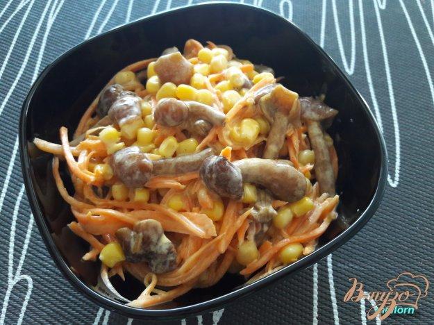 фото рецепта: Салат с маринованными опятами, кукурузой и порковью по-корейски