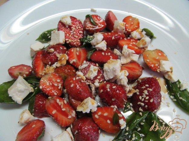 фото рецепта: Салат из клубники с сыром фета