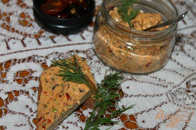 фото рецепта: Закусочное сливочное масло с вялеными томатами и базиликом