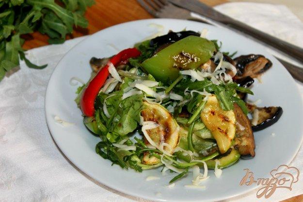 фото рецепта: Теплый овощной салат с зеленью и твердым сыром